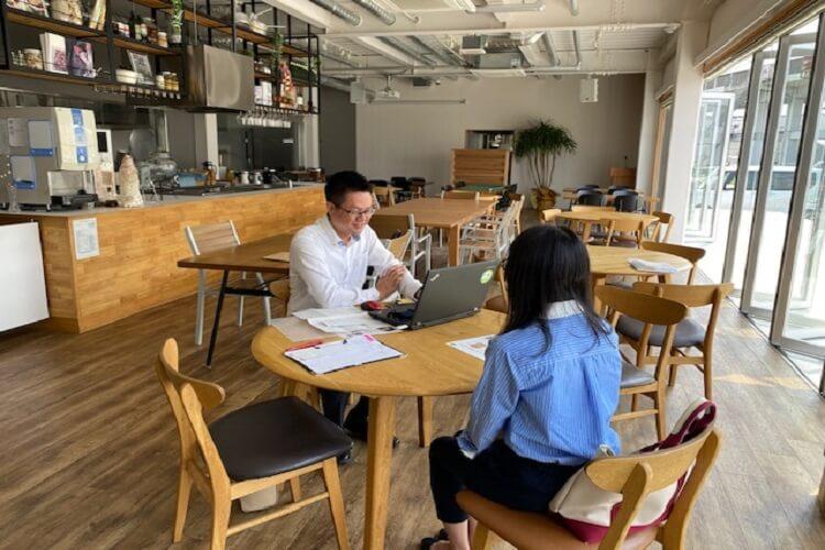 レストランで男性と女性が面談をしている写真