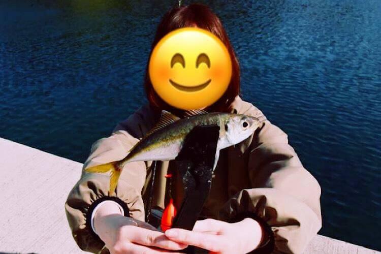 釣れた魚を手にする様子