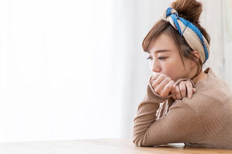 転職相談で悩む女性